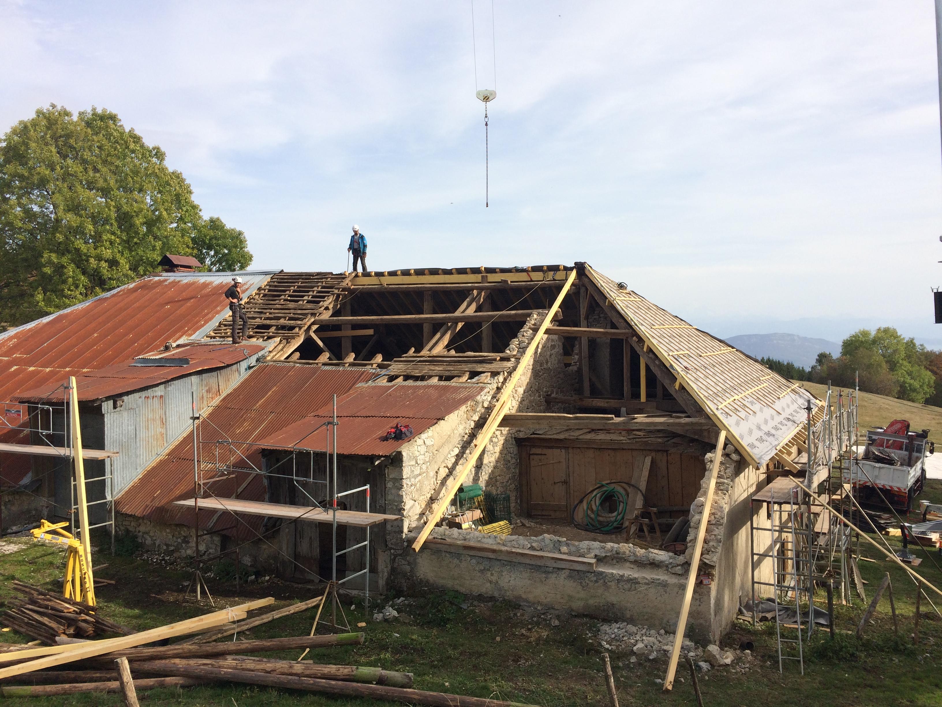 R novation d 39 une ferme carrier charpente couverture for Renovation d